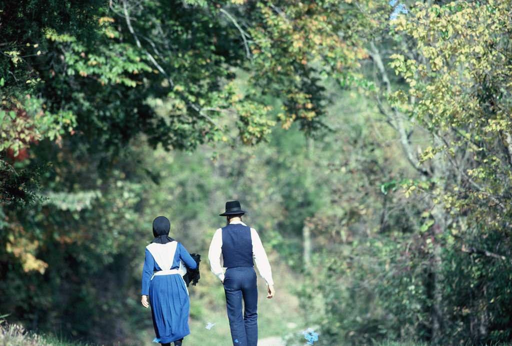 Amish couple walking in Munfordville, Kentucky