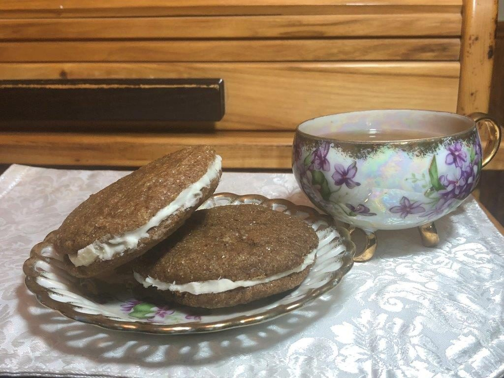 The Amish Cook:  Gloria's Cream-Filled Molasses Cookies